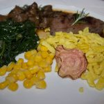 Filet und Ragout vom Strauß, Maisspätzle auf Blattsalat
